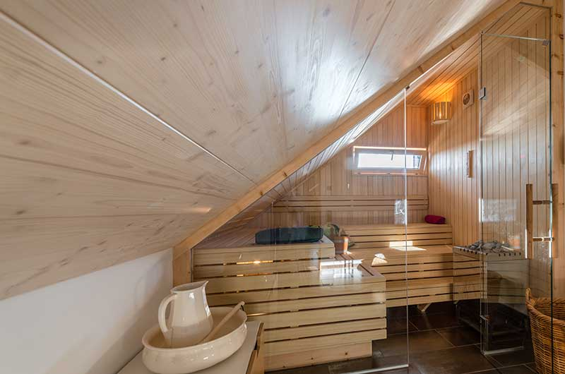 sauna mit glasfront unterm dach zimmerei und saunabau. Black Bedroom Furniture Sets. Home Design Ideas