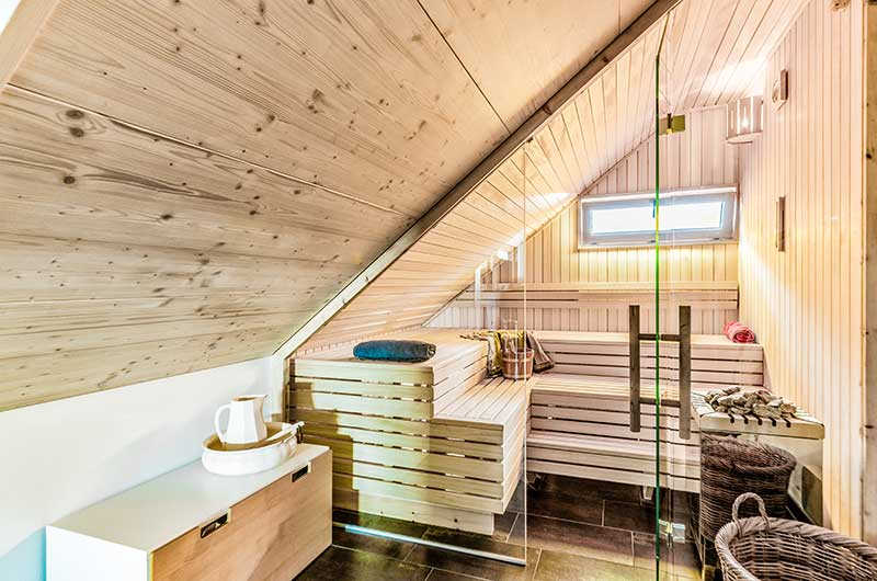 sauna mit glasfront unterm dach zimmerei und saunabau hasenfratz. Black Bedroom Furniture Sets. Home Design Ideas